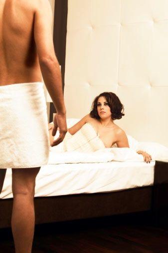 Kendinizi teslim edin!  Erkekler fethetmeyi seven yaratıklardır. Bu yüzden kendinizi onlara teslim ettiğinizde tahrik olacaklardır.   Kendinizi eşinize teslim etmek, sizin için de farklı bir deneyim olacaktır. Kontrolü ona bırakın ve sizi memnun etmesine izin verin. Merak etmeyin, erkekler bunu yapabilecek yeteneğe sahip, yolu siz göstermeseniz de bulabilirler…